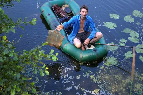 На реке ловля с лодки бывает добычливой
